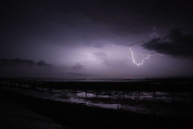 Blitze im Wattenmeer Blitz Blitze Gewitter Gewitterstimmung Gewitterwolken Unwetter Nachtfotografie Wattenmeer Watt Nordfriesland Deich