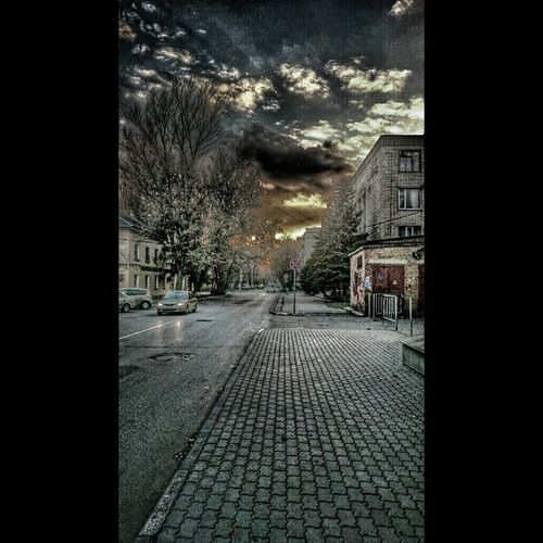 Азов небо облака Закат солнце мрак мрачно темно тьма дорога улица машины здания тротуар деревья ветви ветки вечер snapseed