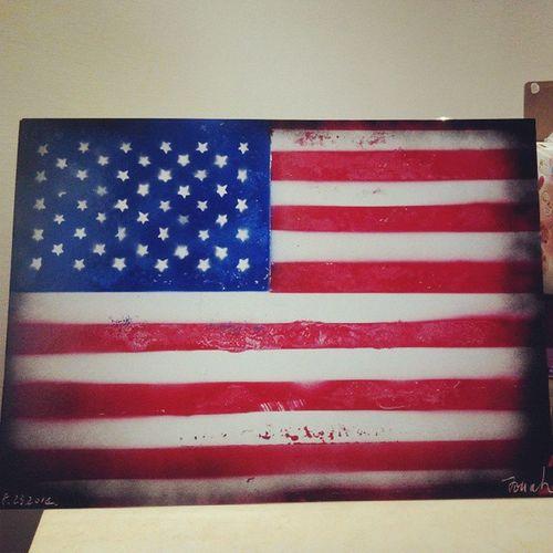 在勤美,街頭藝人用噴漆畫的畫,我看了半個小時終於心動了買了一幅,雖然這副國旗有許多瑕疵,但,充滿他的態度和藝術,如果要那麼完美我乾脆買真的國旗就好了,希望他的作品能被更多人喜歡,也希望他以後是一位大藝術家。 勤美 國旗 有機會再去欣賞他的作品