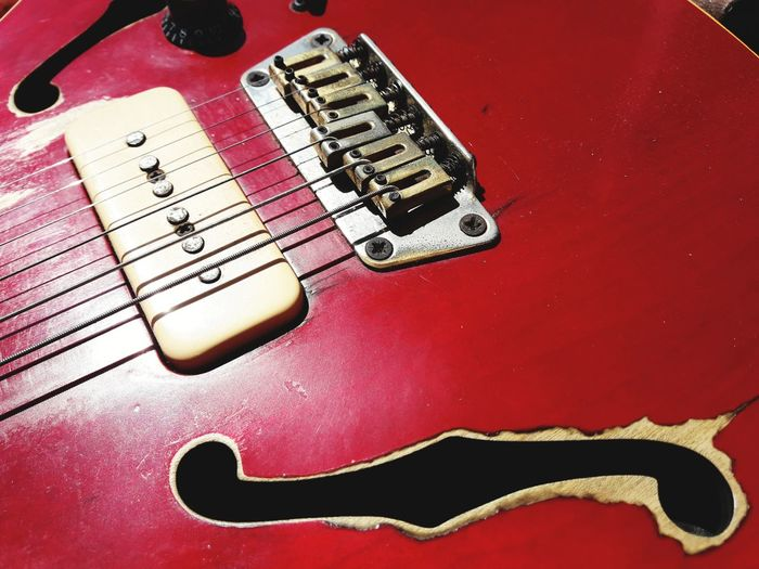 Bluesician Blues 90 Pick Up Pick Up Salma Worn Out & Wonderful  Battle Axe Strings Of Music Six Strings Electric Guitar E-guitar F Hole F Holes Guitar Guitar Design Guitar Details P 90 Guitar Bridge Studio Shot Close-up Musical Instrument String String Instrument Red Background Musical Instrument