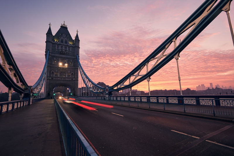 Traffic on tower bridge at beautiful dawn. urban skyline of london, united kingdom.