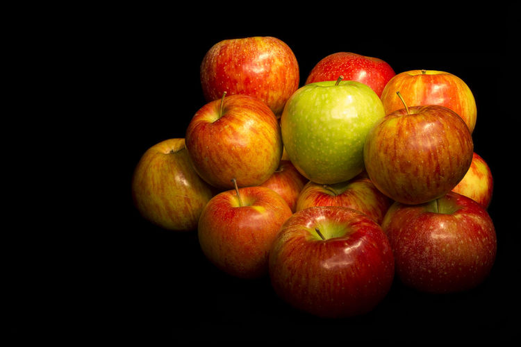 Apples Apple Food Vegetables & Fruits Vegetables Photo Food And Drink Organic Studio Shot Healthy Lifestyle Italian Food Fruits Fruit Fruit Photography Still Life Freshness Isolated Against Black Isolated Black Background