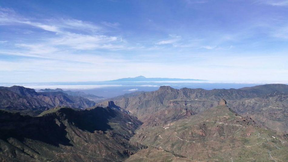 Und im Hintergrund: der alte Mann, wie er über allem thront. Teide Volcano Roque Nublo