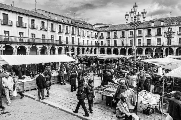 Mercado de los sábados en la Plaza Mayor del Barrio Húmedo de León. Castilla y León. España. Blackandwite Blancoynegro Monochrome Blackandwhite LeonEsp  Fotocallejera Streetphoto_bw Street Photography Streetphotography