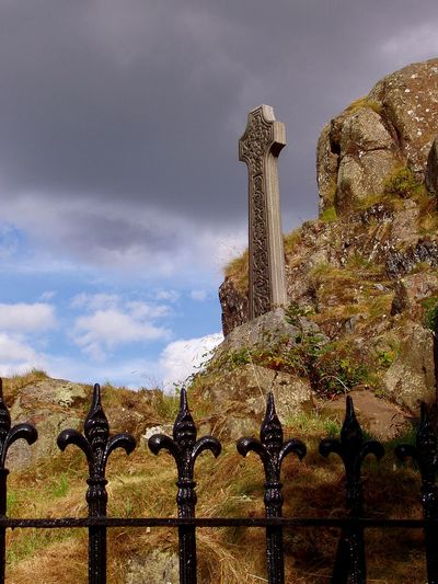 Learn & Shoot: Balancing Elements Learn And Shoot: Balancing Elements Travel Travel PhotographyScotland Scotlandlover Stirling Cemetery Beauty Cemetery Photography Cementerio Scotish Art Clouds Cloudscape Quiet Places Quietness Celtic Cross Celtic Celticcross Celticart