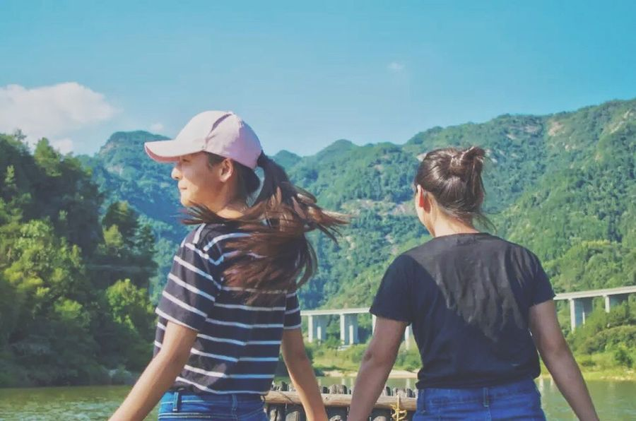 Leisure Activity Warm Clothing Standing Bonding Togetherness Lifestyles Casual Clothing Three Quarter Length Friendship Mountain Person Beauty In Nature Non-urban Scene Scenics Nature Mountain Range Sky Long Hair Blue Friends