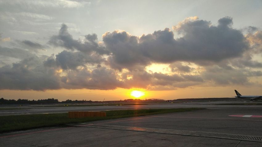 The rare moments I get to capture a beautiful sunrise here. Cloud - Sky Outdoors Nature Beauty In Nature Sunrise And Clouds Sunshine ☀ Sunrise Airport LGV10 Lgv10photography Hustle