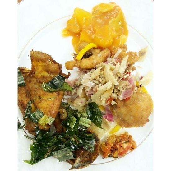 Sepinggan Nusantara (ayam tangkap dan rujak Aceh, jaung gembira kutai barat dan ikan goreng saus mangga peranakan) @acmiid @santhiserad @williamwongso @fajar_arcana @pokijanacil DiscoverIndonesia Culinaryadventure Localdelicacy Localfood traditionalfood tribalfood Kubar Kaltim Borneo Dayak instafood instanesia foodporn Indonesia