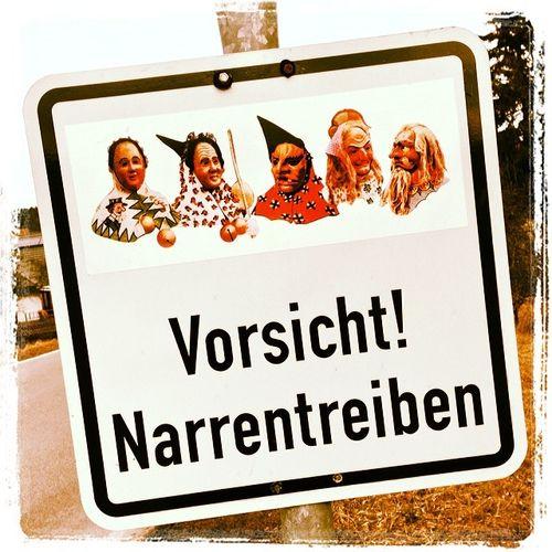 Auch das noch! #narrentreiben Verkehrsschild Narren Moehringen Carnival Möhringen Fasching Sign Narrentreiben Jesters Attention Donau Fasnet Trafficsign Vorsicht Tuttlingen Schild Mardigras