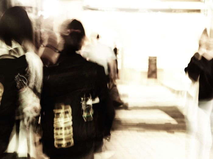 もうきっちりと構えられないなら、ブラしてしまえ。苦しみを取り除く方法は、つまりは、自分の置かれた現状を受け入れる事だった。 Olympus OM-D E-M5 Mk.II Tokyo Street Photography Bleach Bypass Camera Shake Blurred Motion Group Of People Men Real People Motion Adult Indoors  Rear View Walking People Women