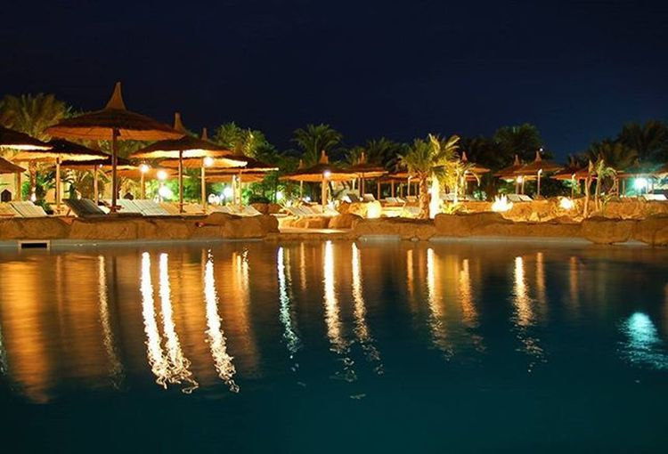 Abend an der Poolbar des Beach Albatros Resort in Hurghada in Ägypten  Pool Night Reflection Love Egypt