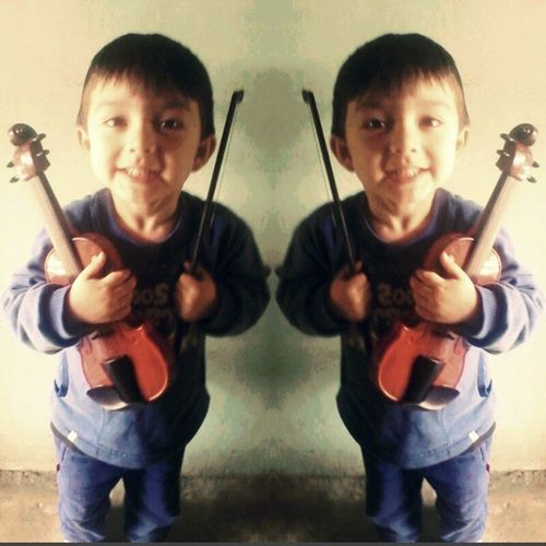 Santy super contento con su regalo de Diadelnino Violin