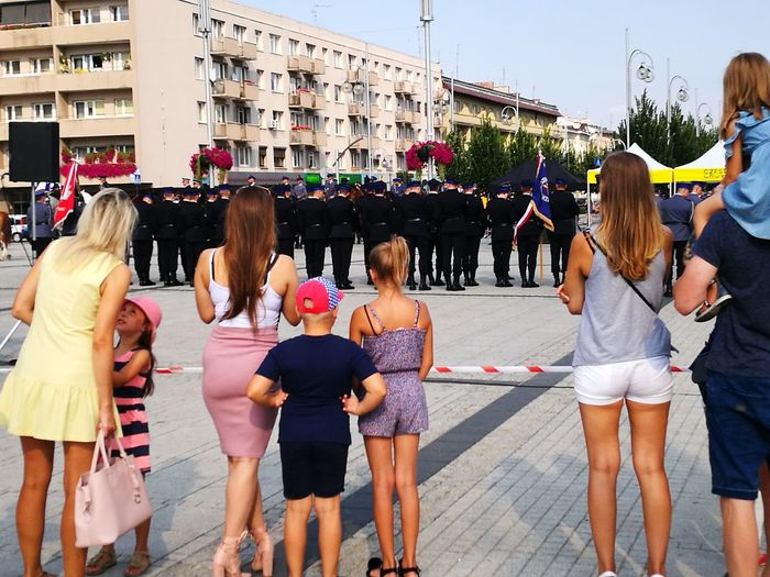 City Crowd Women Men Togetherness Young Women Summer Standing Building Exterior Architecture