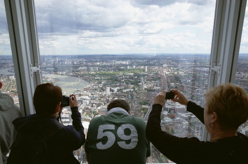 London The Shard Shard Tourists Taking Photos