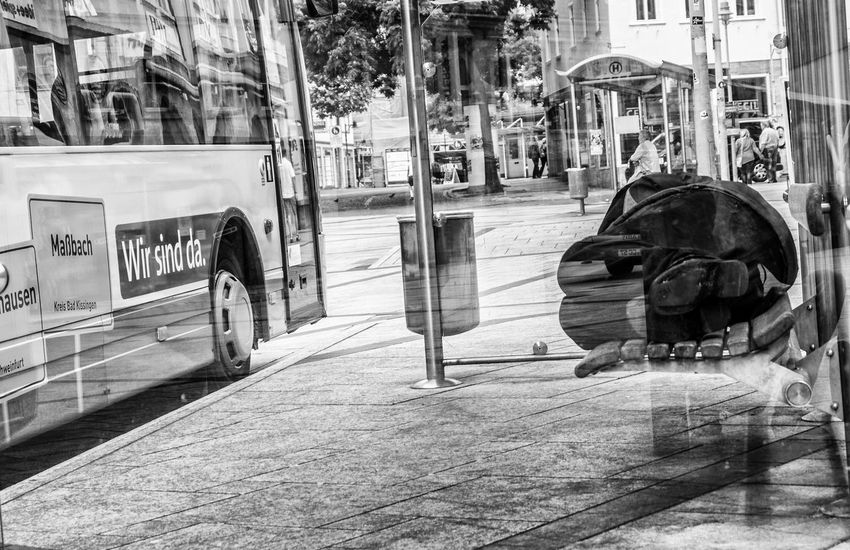 """Die Würde des Menschen ist unantastbar"" oder ""Wir sind da, bloß nicht für alle"". Streetfotografie ist ein Spiegel der Gesellschaft, ein Fingerzeig für das System. Verletzt die Streetfotografie die Würde oder eher die Gegebenheit der Situation sowie das transparent machen für die anderen? Black Black & White Black And White Blackandwhite Blackandwhite Photography German Germany Money No Money Outdoors Reich Und Arm Schweinfurt Sleep Sleeping Sleepy Street Street Art Street Fashion Street Photography Streetart Streetphoto_bw Streetphotography"