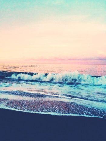 """""""Sai cos'è bello, qui? Guarda: noi camminiamo, lasciamo tutte quelle orme sulla sabbia, e loro restano lì, precise, ordinate. Ma domani, ti alzerai, guarderai questa grande spiaggia e non ci sarà più nulla, un'orma, un segno qualsiasi, niente. Il mare cancella, di notte. La marea nasconde. È come se non fosse mai passato nessuno. È come se noi non fossimo mai esistiti. Se c'è un luogo, al mondo, in cui puoi pensare di essere nulla, quel luogo è qui. Non è più terra, non è ancora mare. Non è vita falsa, non è vita vera. È tempo. Tempo che passa. E basta."""" AlessandroBaricco Taking Photos Hello World Sea Sunrise Phrases Enjoying Life Photography Photooftheday Light And Shadow"""