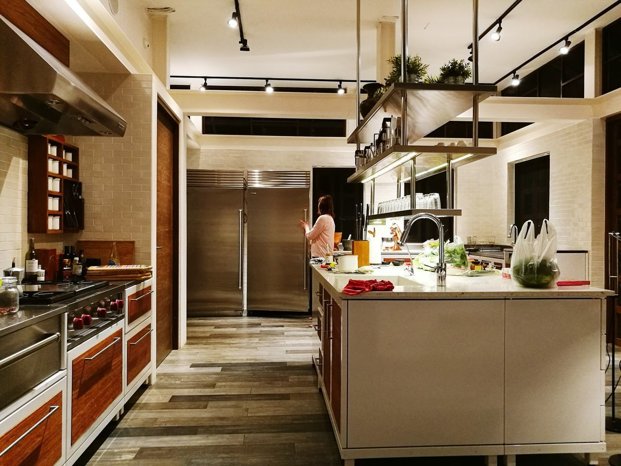 domestic kitchen, kitchen, kitchen counter, indoors, food and drink, domestic room, food, cabinet, home showcase interior, day, flower, no people
