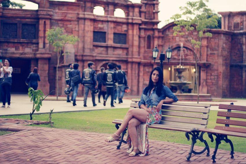 se fiquei esperando o meu amor passar🎶 Young Women City Sitting Women Friendship Full Length Individuality