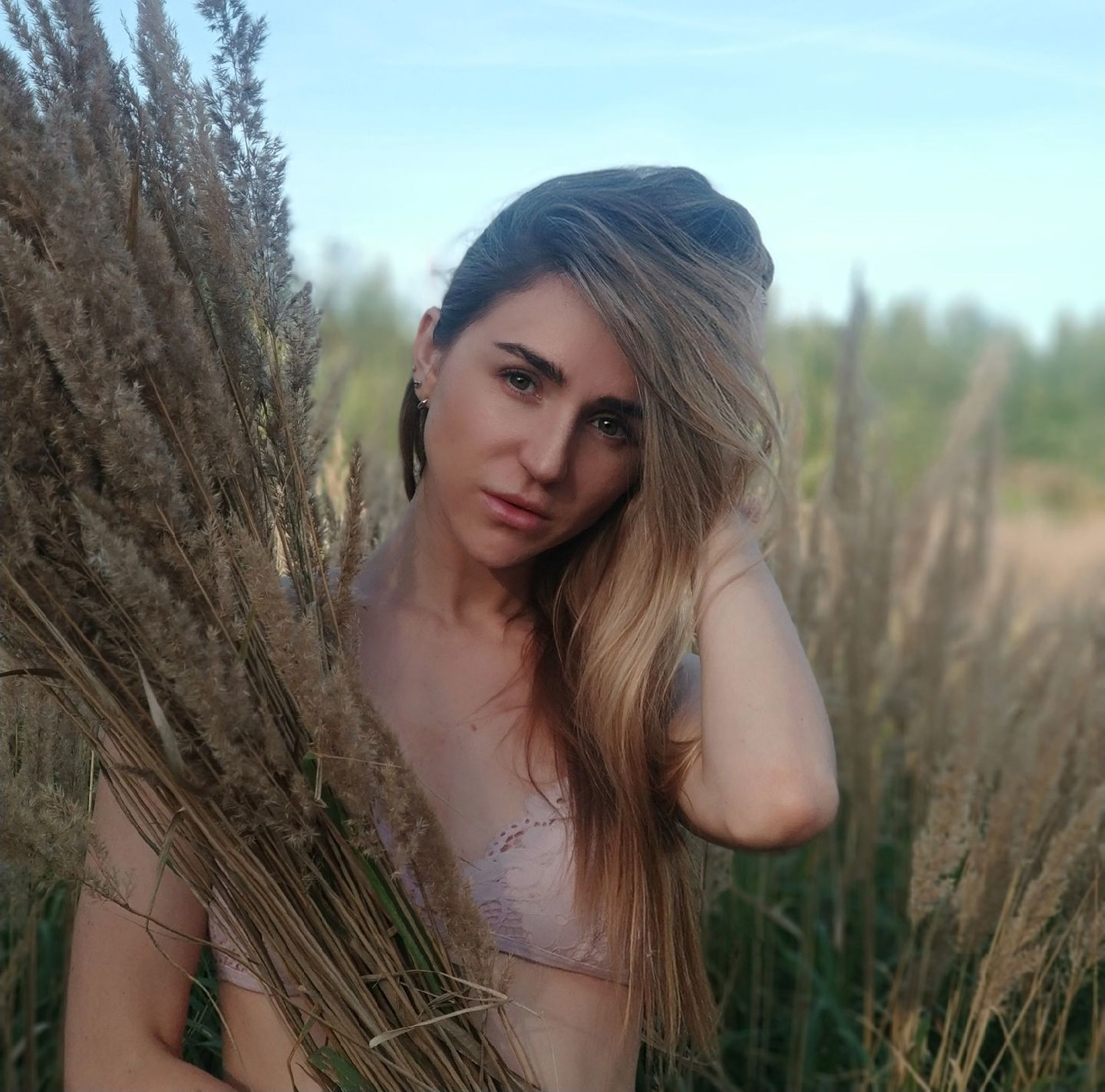 young adult, looking at camera, young women, portrait, one person, long hair, plant, hair, beautiful woman, beauty, real people, leisure activity, land, women, hairstyle, field, lifestyles, adult, nature, outdoors, fashion