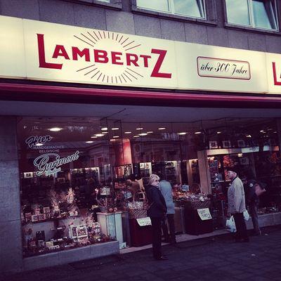 Gleich mal beim Gevatter Lambertz vobeigucken... :) #lambertz325 Sweets Shop Aachen Showcase Suessigkeiten Schaufenster Shopwindows Lambertz325 Lambertz Displaywindow