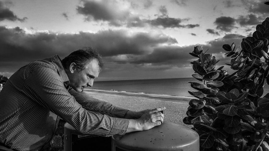 Volle Konzentration👍full concentration🙏 LG G6 Photograph Concentration Bnw_friday_eyeemchallenge Bnw_collection Bnw Photography Bnw_photographerframed Monochrome Man At Work Holiday Fuerteventura Morro Jable Jandia Beach Photography Themes Portrait Photography Monochrome Man Photography Plant Beachphotography Beach Water Sea Beach Men Sky Horizon Over Water Cloud - Sky Storm Cloud Lightning Dramatic Sky #FREIHEITBERLIN The Portraitist - 2018 EyeEm Awards The Traveler - 2018 EyeEm Awards Human Connection
