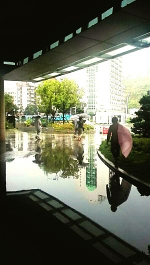 雨中行人 Water Puddle Reflection Car
