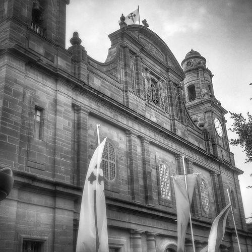 Iglesia de Gáldar , ubicada sobre los restos del antiguo palacio de los Guanartemes. En su interior se conserva la pila bautismal verde, donde los castellanos bautizaron a los indígenas. Canarias Black & White History