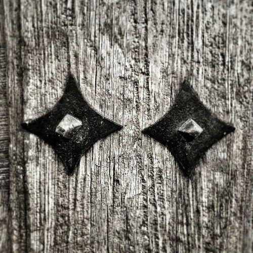 Un detalle de la puerta que guarda las barricas en la Bodega . Una Finca con Historia