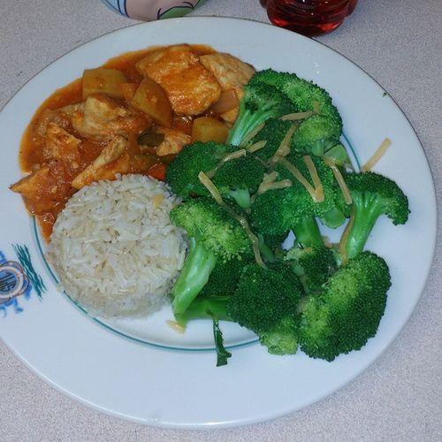 Dinner Time!?? ChickenAfritada Brownrice CheeseBroccoli Filipinofood