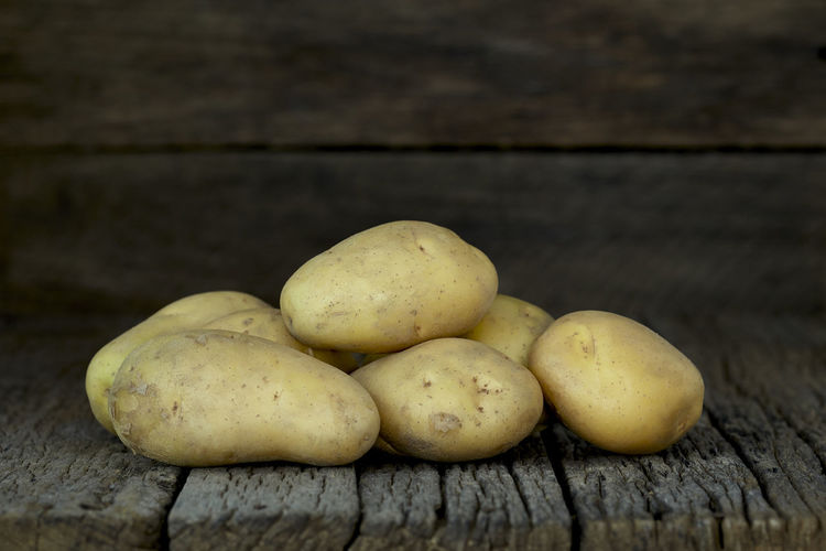 Potato Wooden Fresh Potatoes Background Table Old Food Raw Nutrition Wood Harvest Healthy Vegetable Organic Agriculture Rustic Brown Pile Ingredient Root Vegetarian Natural Farm Top View Group Heap Sack Diet Produce Many Yellow Cooking Dark Rural Uncooked Burlap Tuber Dirty Food And Drink Healthy Eating Freshness Wood - Material Wellbeing Still Life Close-up No People Fruit Group Of Objects Indoors  Raw Food Raw Potato Medium Group Of Objects Focus On Foreground Selective Focus Vegetarian Food