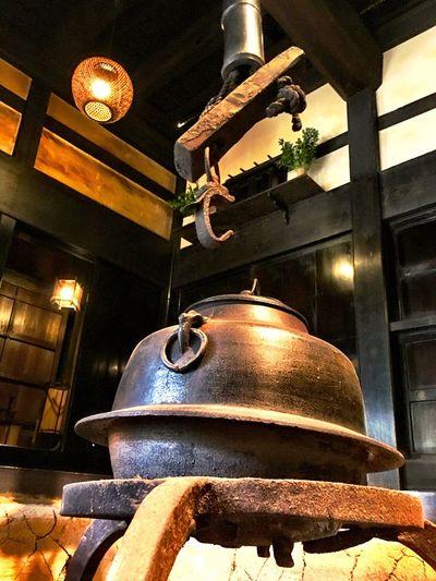 その昔、家を買う時に囲炉裏を作りたかったのだが、なかなか理解を周りから得られなかった。しかし、暖炉やストーブを置こうかと話すと、意外と理解者が多い。なぜだろう。(笑) Japanese Style Japanese Culture Sankei-en Sankeien Relaxing Moments Relaxing EyeEm Nature Lover Kanagawa Irori In some regions, he is enshrined in gohei or talismans kept on a pillar or shelf near the kamado; in others, a gotoku (metal stand) or other implements used in an irori is regarded as the shintai. 竈近くの柱や棚に御幣や神札を納めて祀ったり、炉の囲炉裏に付属する道具や五徳を神体とする地方もあるのだそう。