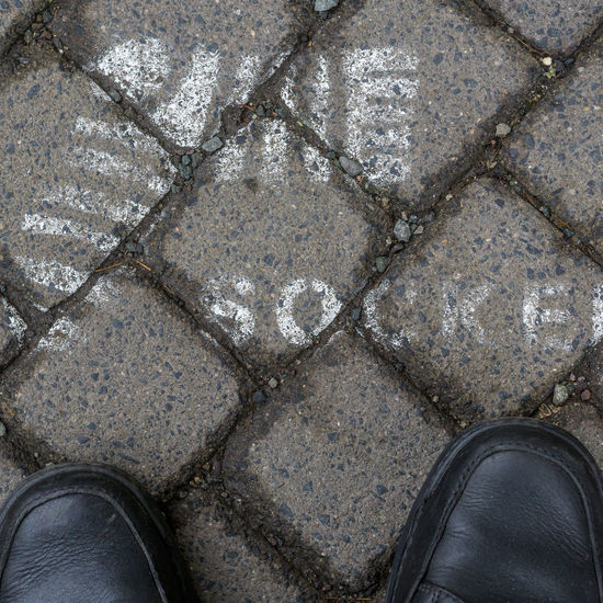 Floortrait with symbol Backgrounds Blick Nach Unten Close-up Day Directly Above Elevated View Floortraits Foot Shot Footwear Full Frame Fussboden Fußbild Ground Lifestyles Look Down Low Section Outdoors Part Of Person Personal Perspective Perspective Standing Standpunkt