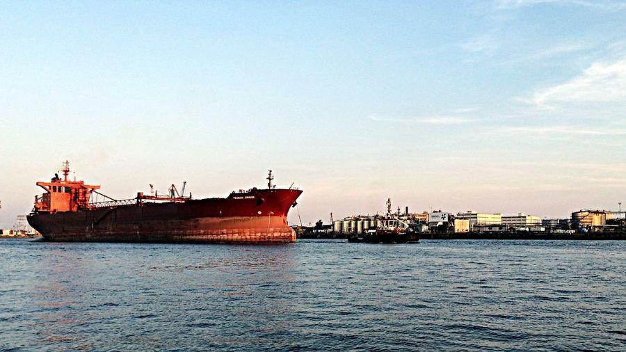 Hamburg Harbour Big Ship Abgeschleppt