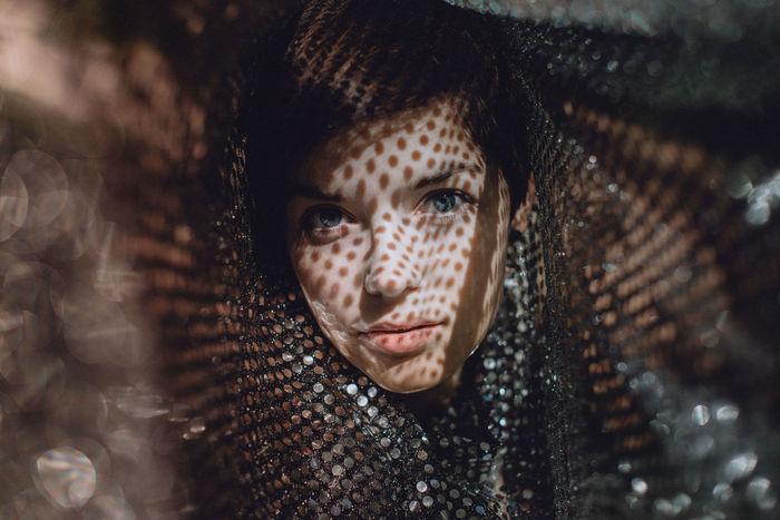 CLOSE-UP PORTRAIT OF A SERIOUS WOMAN