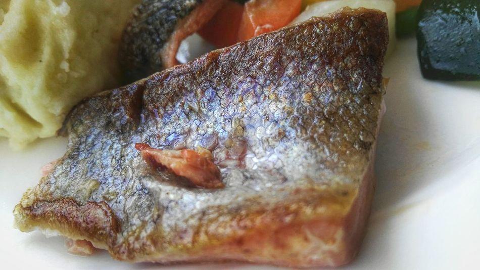 Lachs Fisch Fish Salmon an Frischem Gemüse Gemüse Fresh Vegetables Frisch Fresh Vegetables & Puree Kartoffelpüree Kartoffel Mashed Potatoes, Am Teller On Plate Plate Teller