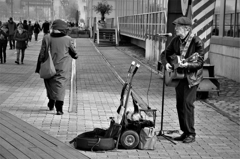 Streetsinger Singer  Industry Machinery Poverty Port Rhein Riverside Water Düsseldorf Guitar Guitarist Streetartist City Street Occupation Architecture