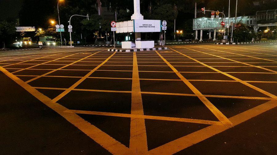 Jalur Kuning bukan Janur Kuning ... Kotak-kotak Kuning Persimpangan Yellow Box Junction City Urban Geometry Note4photography Note4 Mobilephotography Jakarta INDONESIA Jalan MH Thamrin