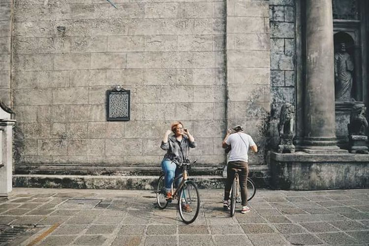 Bicycle Cycling City Two People Built Structure Street Building Exterior City Street Lifestyles Leisure Activity Women Outdoors Healthy Lifestyle Façade Adults Only Full Length City Life Young Women Adult People couple