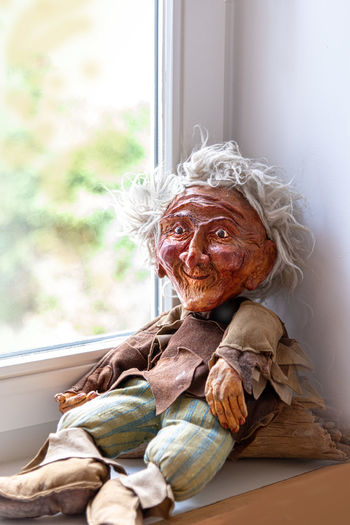 Senior Adult Window One Person Sitting Portrait Looking At Camera Indoors  Adult Day Home Interior Lifestyles Real People Front View Senior Women Wrinkled Emotion Focus On Foreground Casual Clothing White Hair Handpuppen Marionetten Puppen Handspielpuppen Fundus