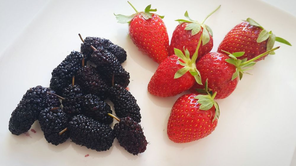 Mulberry VS Strawberry 🍓🍓🍓 Food Food Porn Awards Healthy Food What I Value The Foodie - 2015 EyeEm Awards Mealtime Fruits Strawberries Organic Organic Food Healthy Eating Healthy Mulberry Mulberries Strawberry Things I Like Healthy Eating Healthy Lifestyle White Background Fruit Pattern Pieces White Album Variation Food Porn Nature Summer Exploratorium