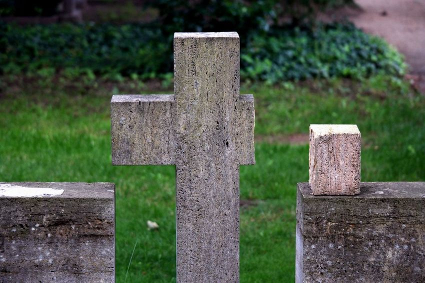 Broken Cross Friedhof Missing Piece Trauer Cemetery Depression Gravestone Graveyard Kreuz  Memorial Sadness Tombstone Zerbrochen
