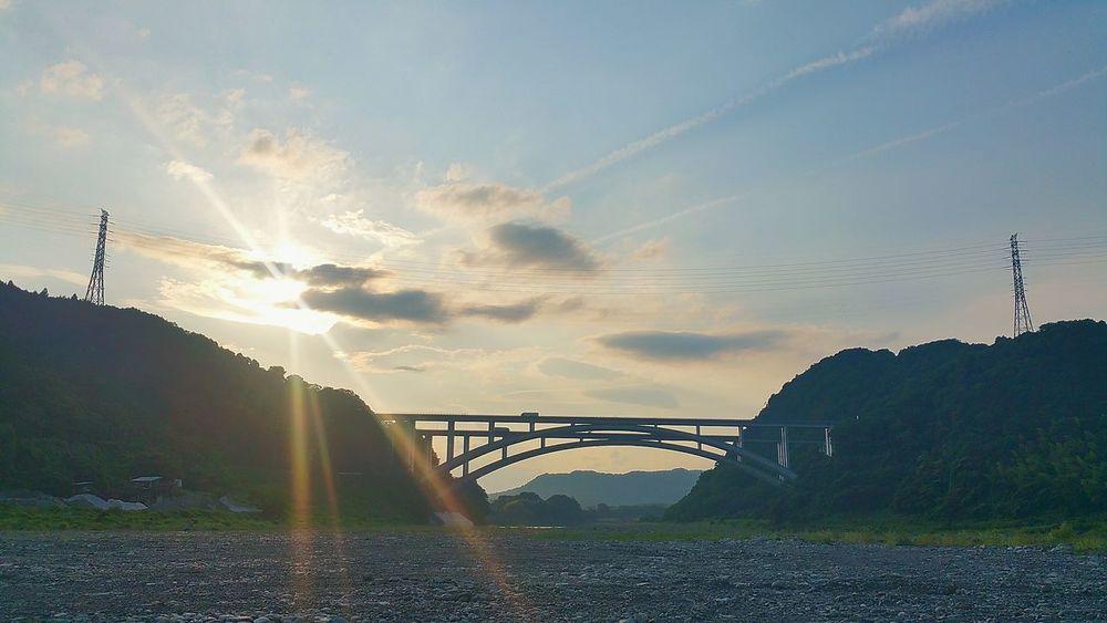 こんばんは。今から少し前、午後6時前後の新東名富士川橋と沈みゆく太陽です。わんこたちのお散歩の時に撮りました。振り返ってみたらこの夕陽、綺麗でした。 今日の午後、元アナウンサーの小林麻央さんの訃報を知りました。同じ女性として、妻という立場として、母として・・・、想うことは沢山で、テレビでしか拝見したことのない方ですが、非常に悲しいです。大切に1日1日を過ごしていかなければ・・・・・・。 明日も平和でありますように。 夕暮れ時 富士川橋 富士市 さようなら 寂しいね みんなの笑顔 夫婦仲良く 大切な家族 ずっと仲良し 命 祈り 感謝