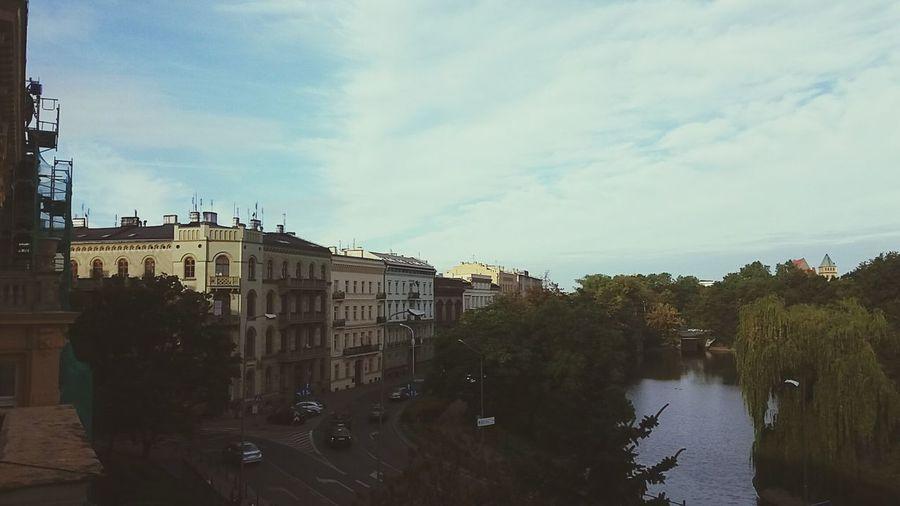 Wrocław taki wielkomiejski. panowie z rusztowań zapraszają na budowę, w sumie zdjęcia ze szkoły muzycznej to jest coś.