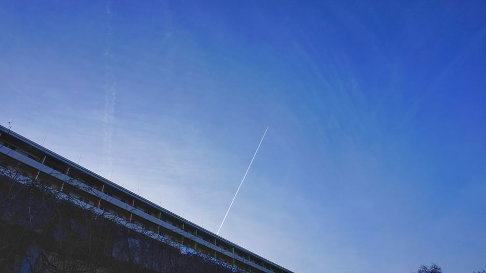 Flug nach Süden Hoyerswerda Blue Low Angle View Sky No People Outdoors Vapor Trail Day Nature