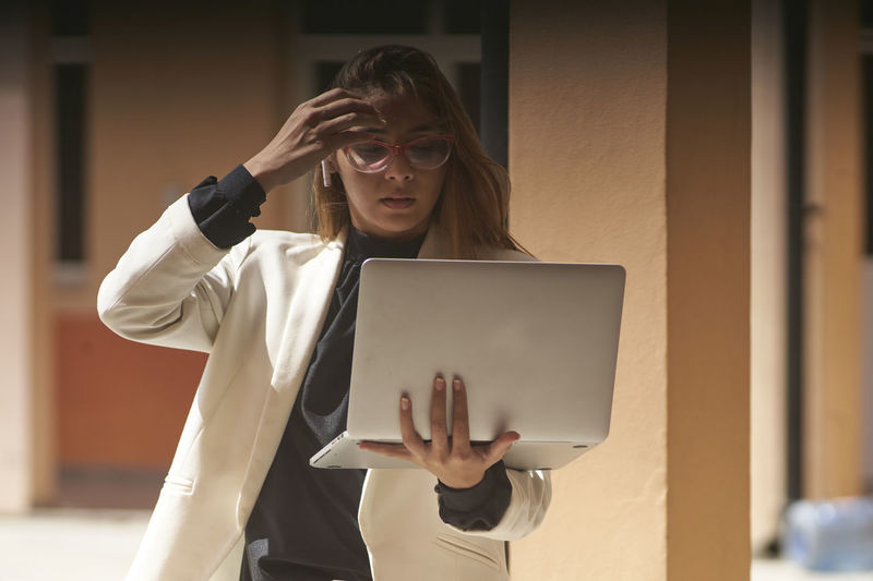 Worried entrepreneur woman in front of computer
