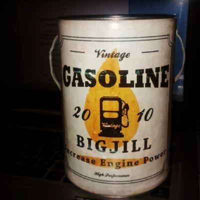 Siapa yg sangka kalo ini tempat baju? Biasanya cuman pake kantong plastik, kali ini pake tempat unik kaya gini 😋🎽👍 Unique Vintage Gasoline Can
