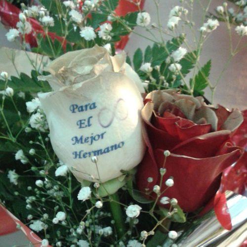 Ramo de rosas con dos rosas u un mensaje grabado en el petalo, puedes ver mas en www.graficflower.com, visitanos y sorprendelos. Roses Rosesarered Rosesofinstagram Floweroftheday Flowerslovers Flores Floristería Floristerias Regalos Regalosorigonales Regalospersonalizados