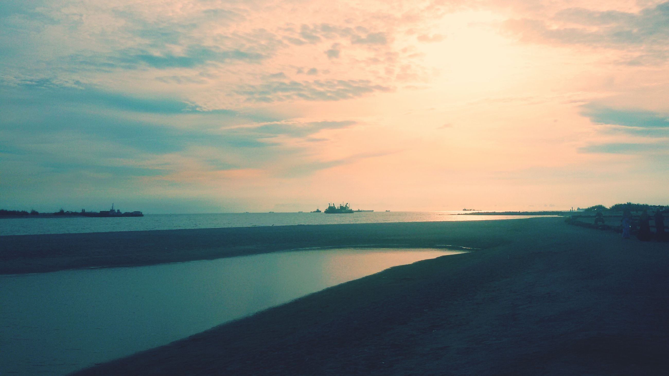 water, sea, sky, beach, tranquil scene, scenics, tranquility, beauty in nature, sunset, shore, horizon over water, cloud - sky, nature, reflection, idyllic, sand, sun, coastline, sunlight, cloud