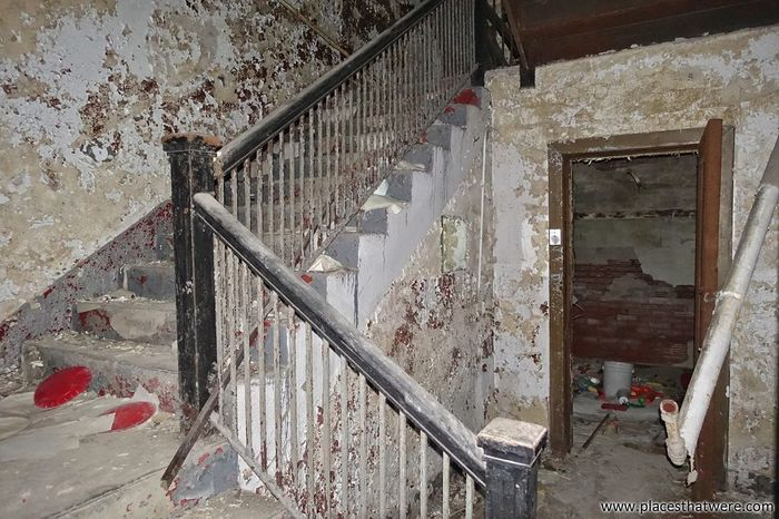 Creepy stairs. http://www.placesthatwere.com/2017/10/secrets-of-abandoned-masonic-temple.html Staircase Steps Stairs Architecture Urban Exploration Abandoned Places Abandoned Rust Belt Abandoned Building Creepy Masonic Temple Rotting Ruined Urbex Abandoned Buildings Ruins Urban Decay Eerie Abandoned & Derelict Abandoned Ohio Water Damage Decay Peeling Paint Masonic Freemasonry