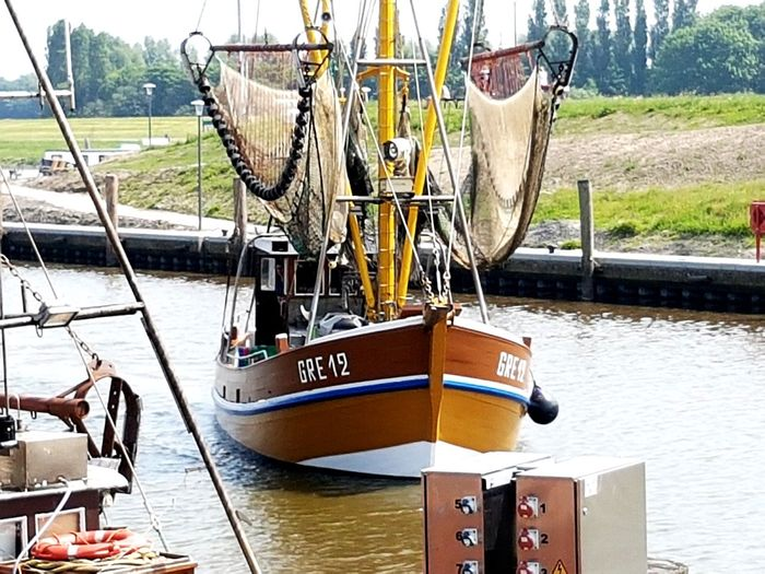 Krabbenkutter bei der Einfahrt Greetsiel Greetsiel, Germany Kutter Kutterhafen Nordsee Feeling🐚🌾 Fischer Fischerboot Water Nautical Vessel Moored River Sky